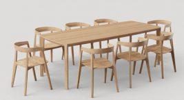 długi drewniany stół zośmioma drewnianymi surowymi krzesłami