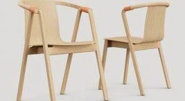 dwa drewniane krzesła Sarna