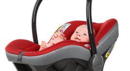 dziecko wczarno-czerwonym foteliku zuchwytem