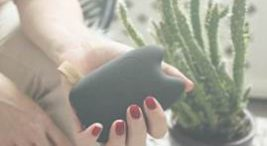 kobieta trzymająca powerbank wkształcie czarnej sowy