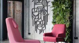 dwa różowe fotele na tle ścianki zroślin
