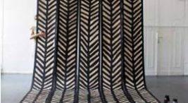 czarno-biała ręcznie malowana tapeta podczas procesu produkcji