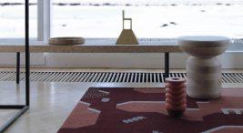 bordowy dywan wregularne kształty na parkiecie