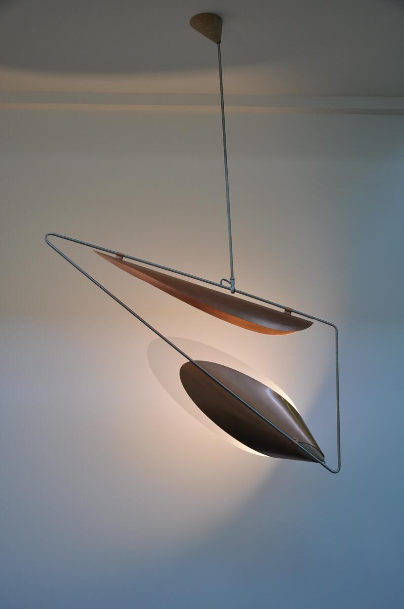 ekskluzywna lampa Wspólna/Wspólny na tle szarej ściany
