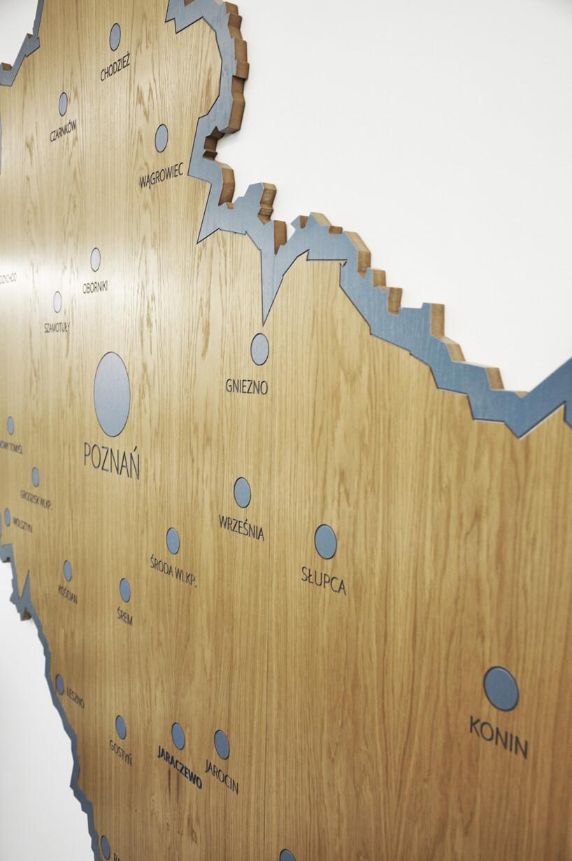 drewniana mapa województwa zszarymi oznaczeniamo