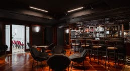 wnętrza Nobu Hotel autorstwa pracowni de novo wkolorystyce czerwono-białoczarnej