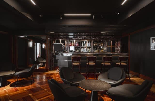 ciemne wnętrze luksusowego baru w hotelu