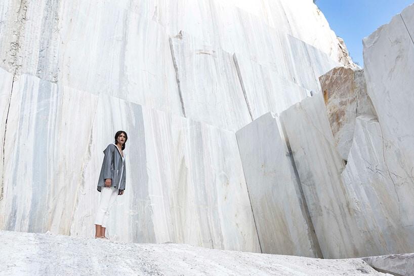 biały marmurowy mur zpostacią wjasnych spodniach