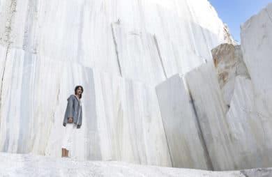 biały marmurowy mur z postacią w jasnych spodniach