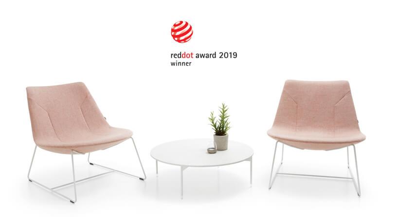dwa różowe fotel obok białego stolika
