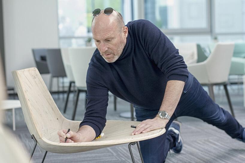 mężczyzna podczas projektowania fotela
