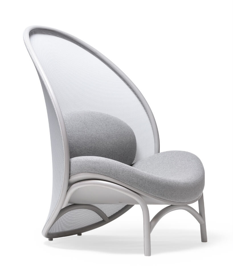 szary fotel zwysoki oparciem