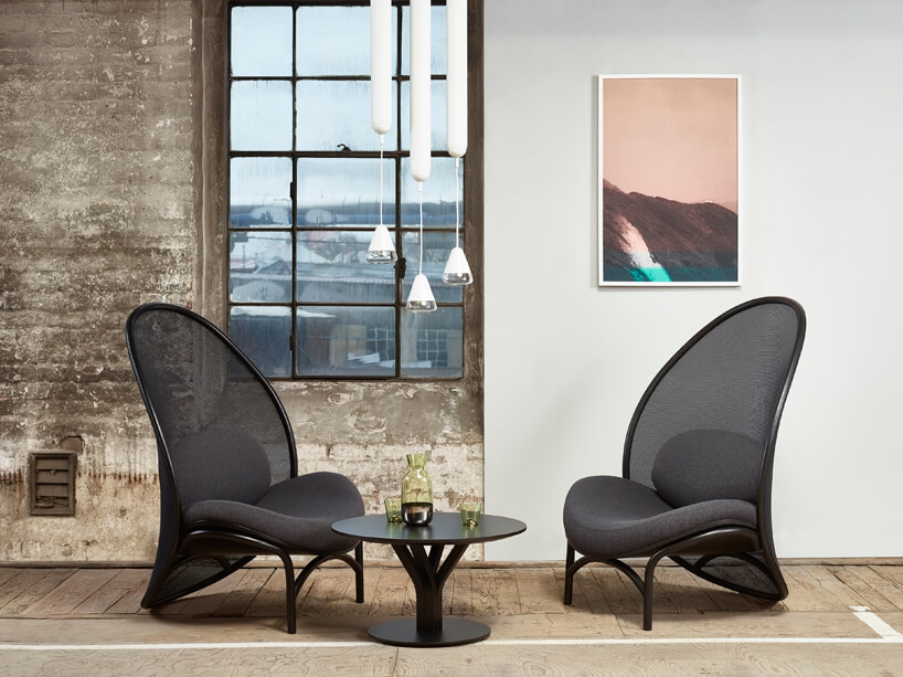 dwa czarne fotele przy małym czarnym stoliku