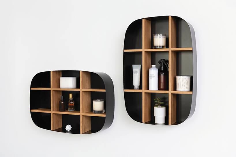 zestaw półek łazienkowych zbiałymi akcesoriami łazienkowymi oval od devo