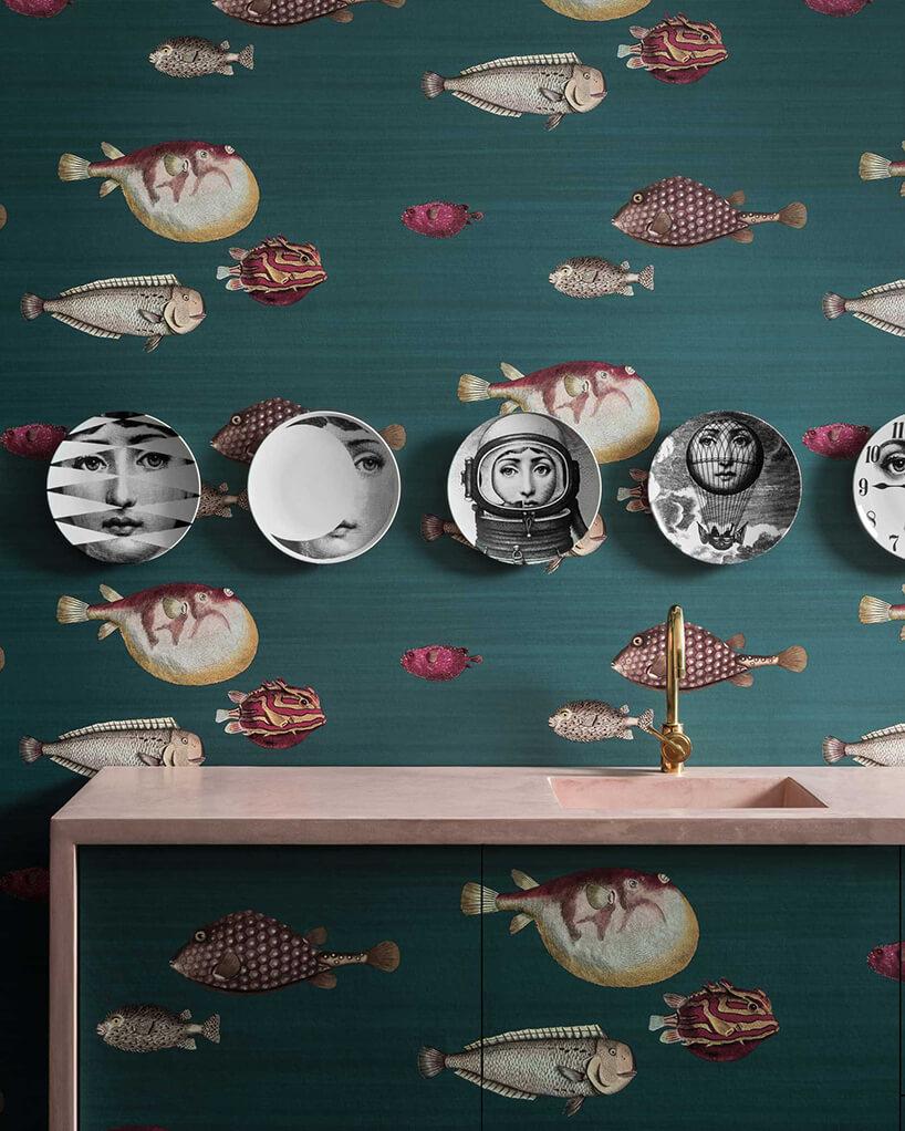 kuchnia zzieloną tapetą Acquario zmotywem rysunkowych ryb