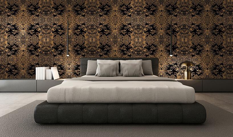 elegancka złot czarna tapeta Celyon jako tło dla dużego łózka wsypialni
