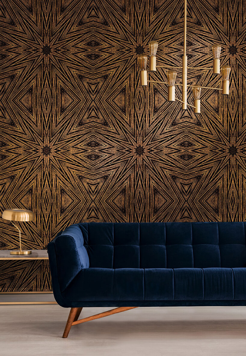 niebieska sofa na tle eleganckie złoto czarnej tapety Starburst