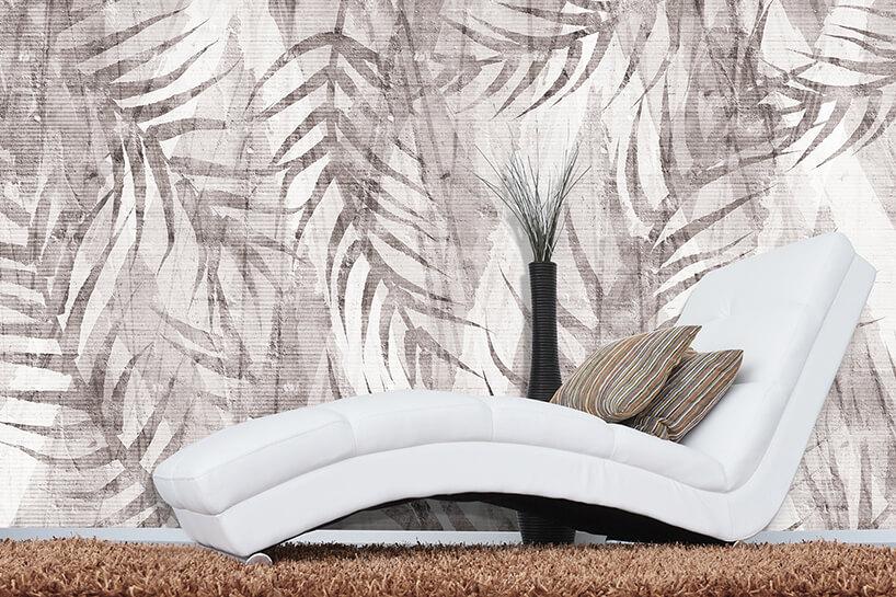 motyw roślinny na jasnej tapecie Sawanna jako tło dla białej nowoczesnej leżanki