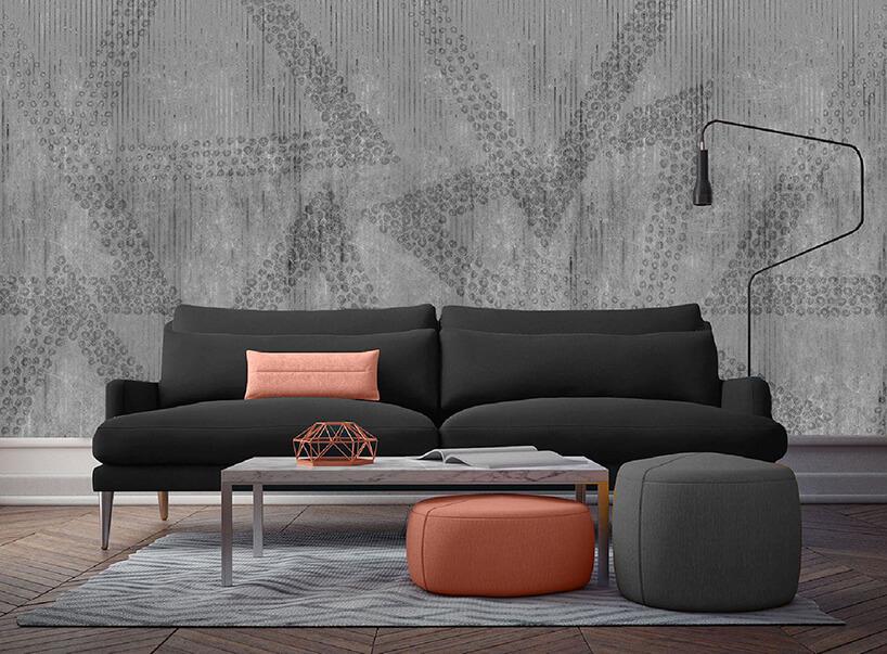 ciemno szara nowoczesna sofa na tle eleganckiej tapety Rain