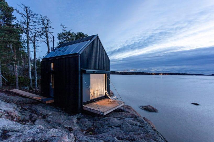 mały domek nad woda na skalistej plaży