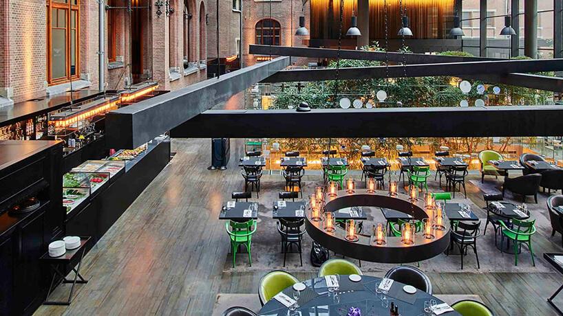 widok zgóry poprzez czarne belki na przestrzeń restauracyjną