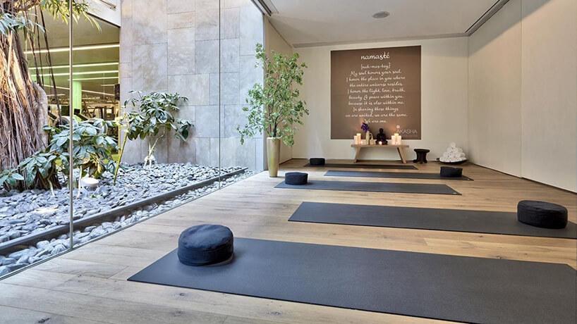 elegancka przestrzeń do ćwiczeń zwysoką przeszkloną ścianą