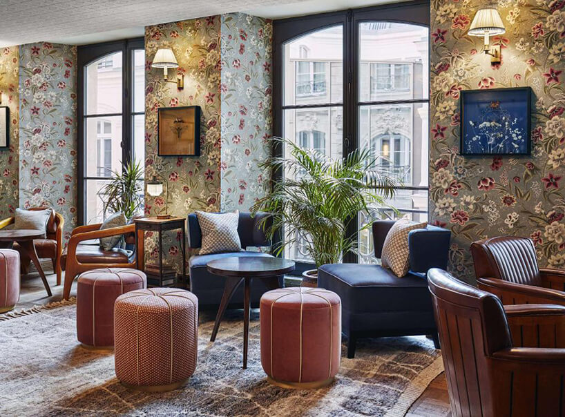 przytulne wnętrze zróżowymi pufami przy niebieskich fotelach