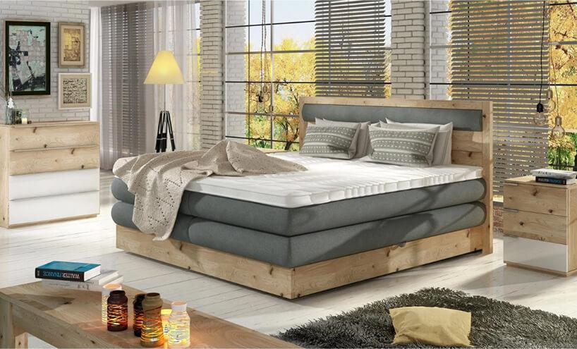 duże drewniane łóżko wykończone szarym materiałem weleganckim salonie