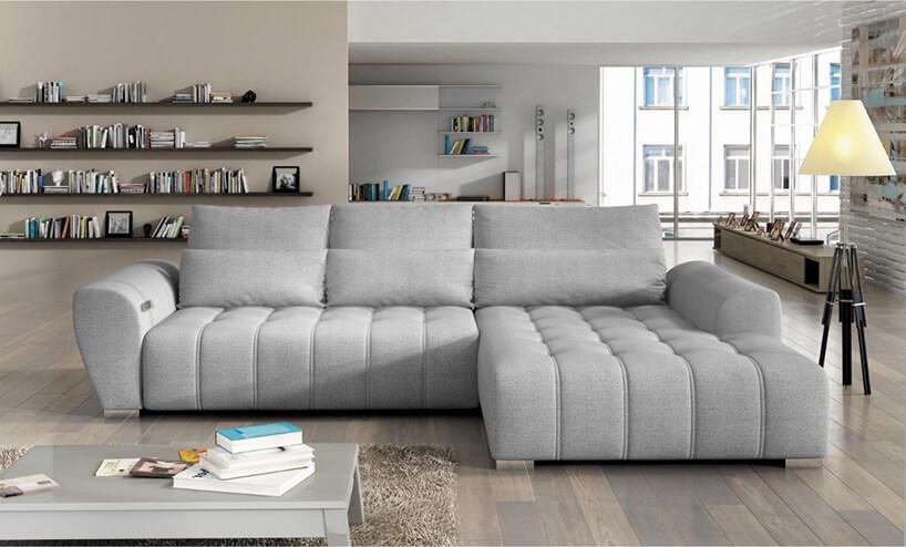 elegancka szara sofa wprzestronnym apartamencie