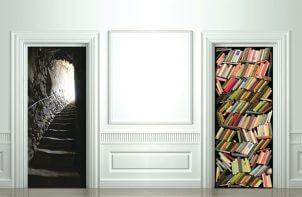 naklejki na drzwi z iluzją schodów i regału z książkami