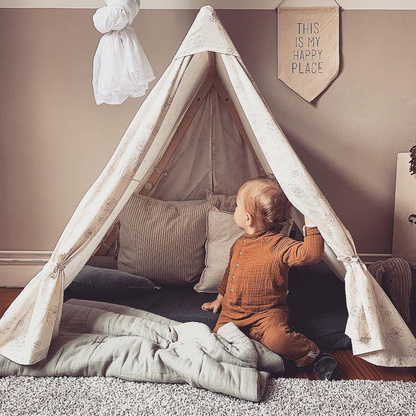 beżowy namiot dla dziecka na tle beżowej ściany
