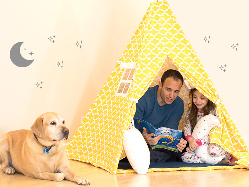 żółty namiot dla dziecka labrador na kremowym tle ściany