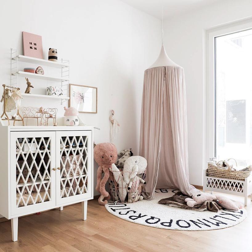 kremowy baldachim biała szafka dywan na białym tle ściany