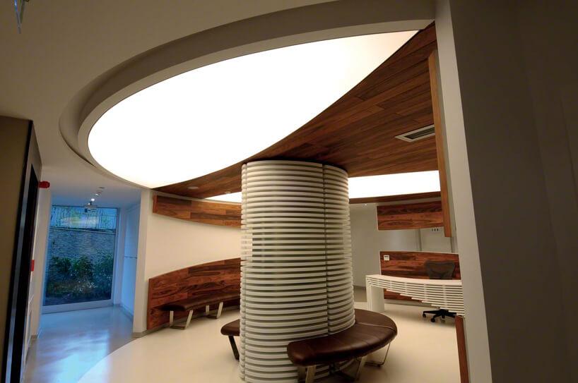 napinany sufit jako świetlik wokrągłej recepcji