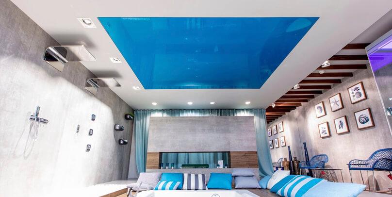duża łazienka zdużą wanną zhydromasażem pod niebieskim napinanym sufitem