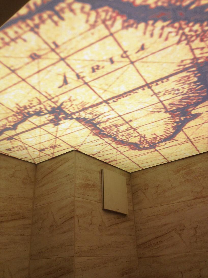 sufity napinane zgrafiką wstylu starych map morskich