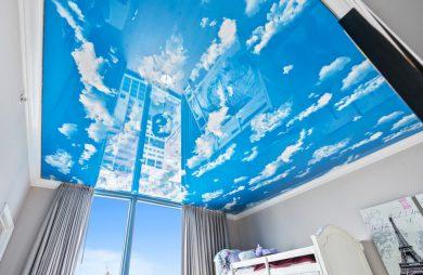 napinany sufit w pokoju dziecięcym z widokiem nieba