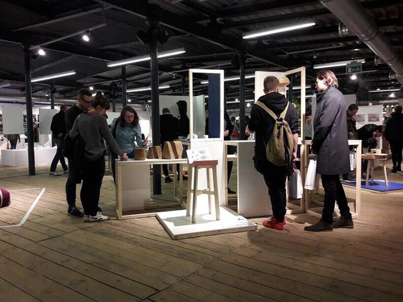 widzowie przy wystawie Jagody Stasiak