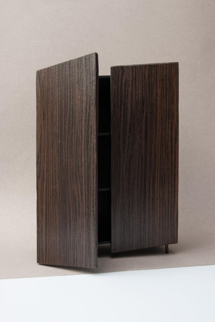 otwarta wysoka brązowa szafka zkolekcji Tilt Natalii Wieteski