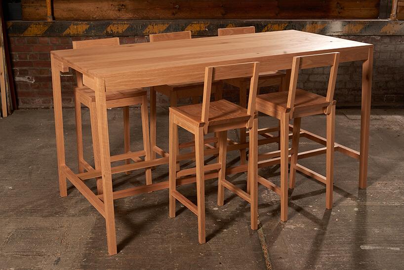 drewniany stół Rubra zkrzesłami wzestawie