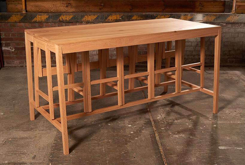 drewniany stół Rubra zkrzesłami chowanymi pod stołem