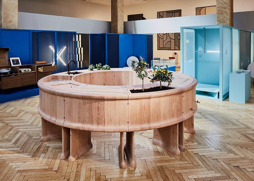okrągła wyspa Blushing Bar zdębu na drewnianej podłodze