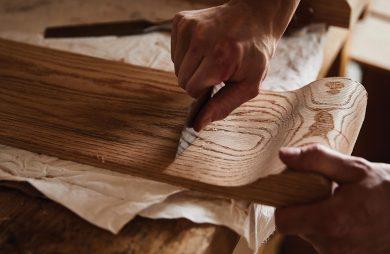 kawałek drewna podczas ręcznej obróbki