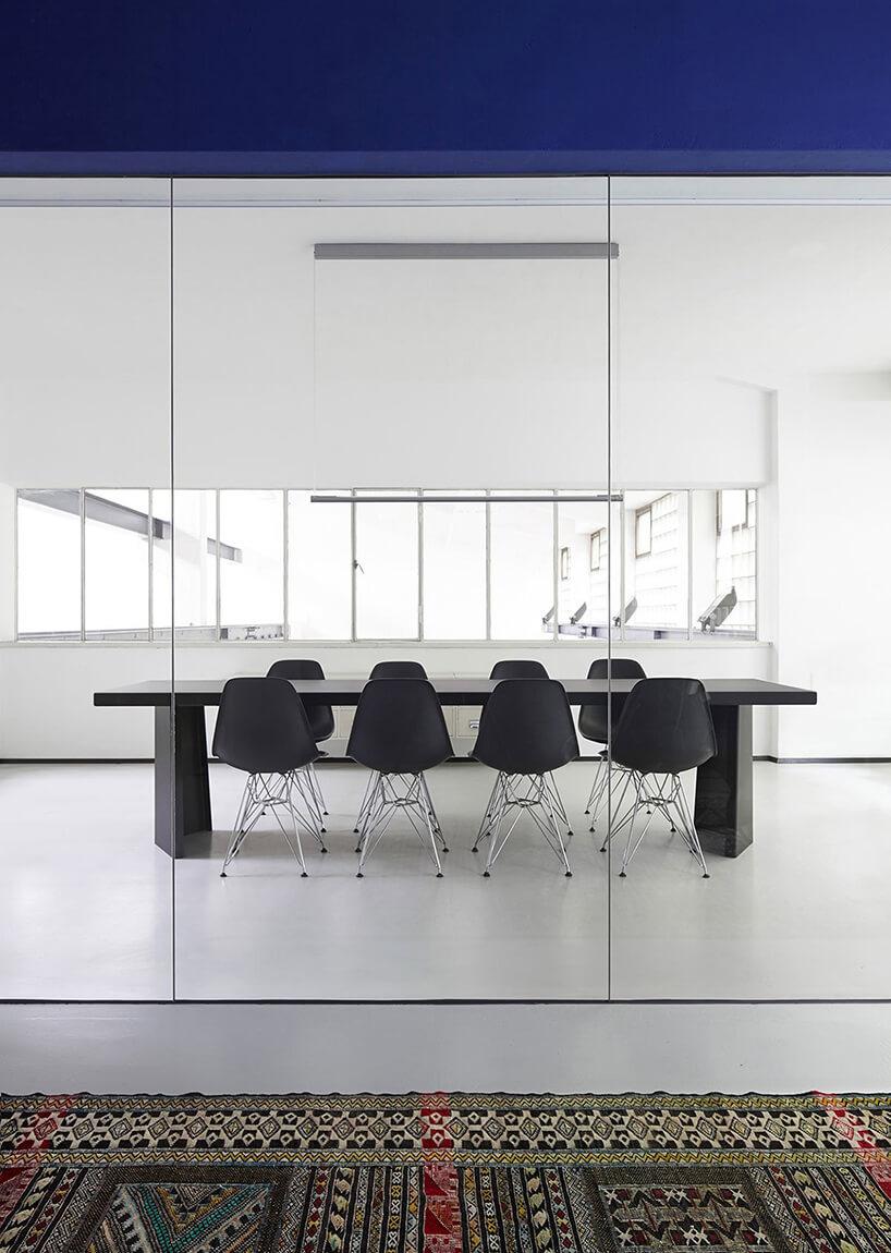 sala konferencyjna zczarnymi krzesłami