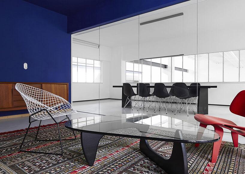 szklany stolik istylowe krzesła