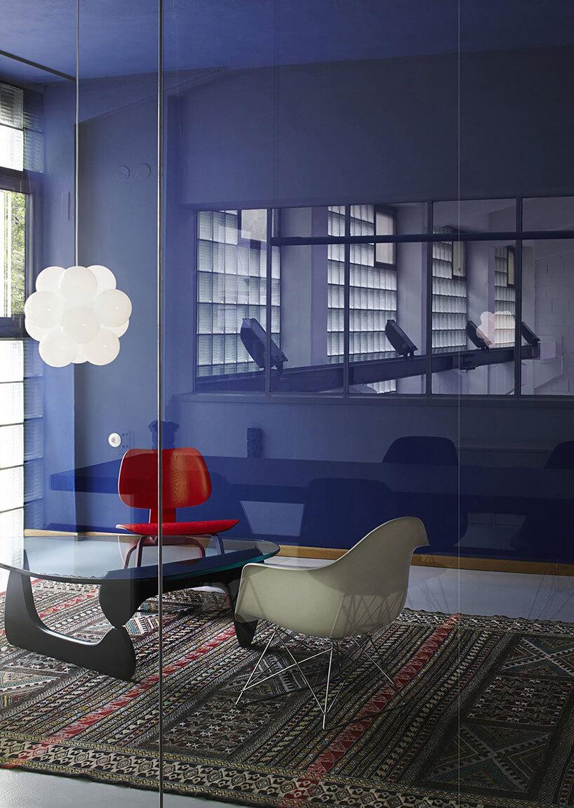 niebieska ściana wpokoju zlampą wchmurkę