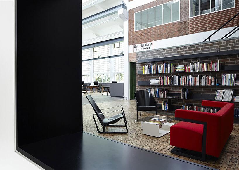 czerwona kanapa iczarne krzesła