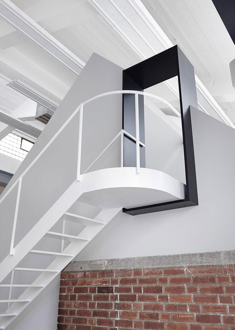 białe schody zczarną framugą
