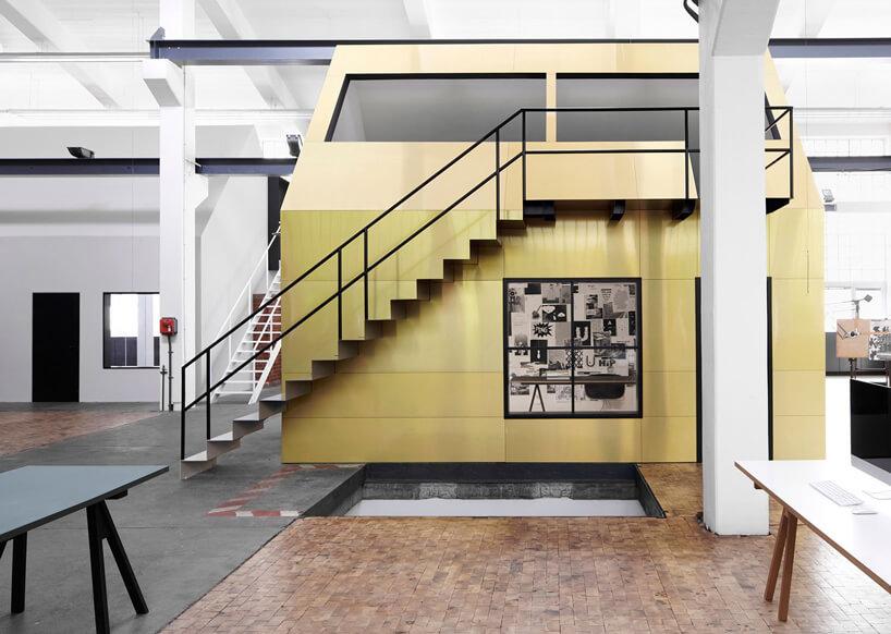 czarne schody na żółtej ścianie