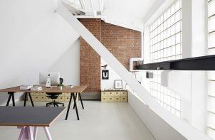 proste wnętrze biura łączące cegłę i biel